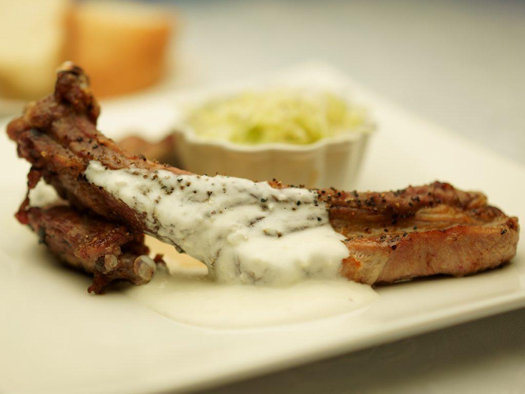 下呂温泉のレストラン SAKURAのスペアリブ 和豚もちぶた ギリシャ風ザチキ ニンニクたっぷりのヨーグルトソース