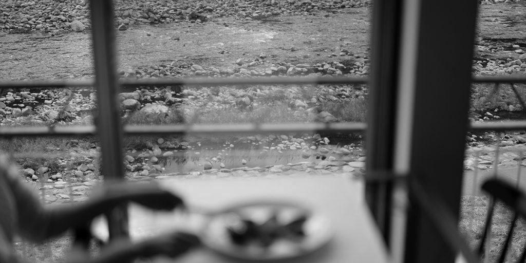 下呂温泉のレストラン 店内 窓の外は飛騨川