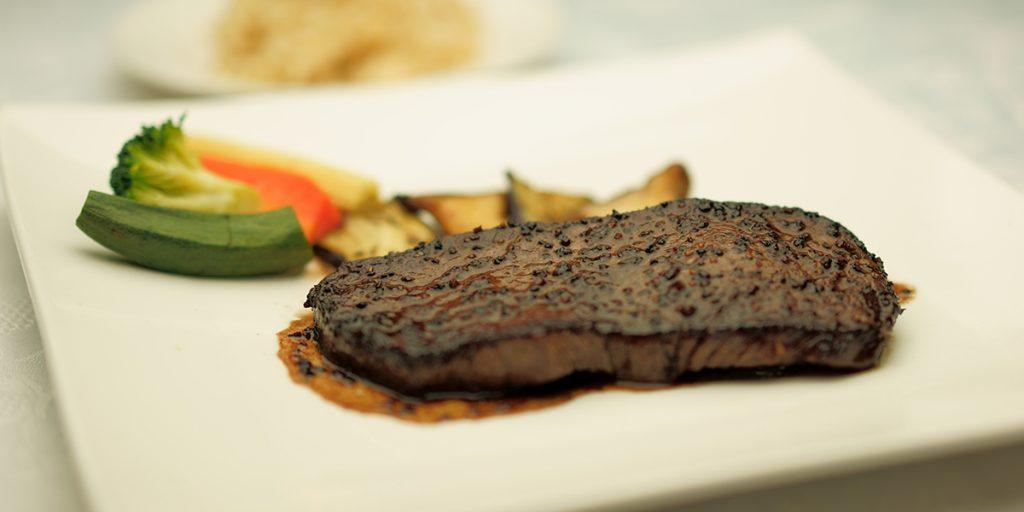 下呂温泉のレストラン メインディッシュ 飛騨牛のステーキ ガーリックハーブバターソース