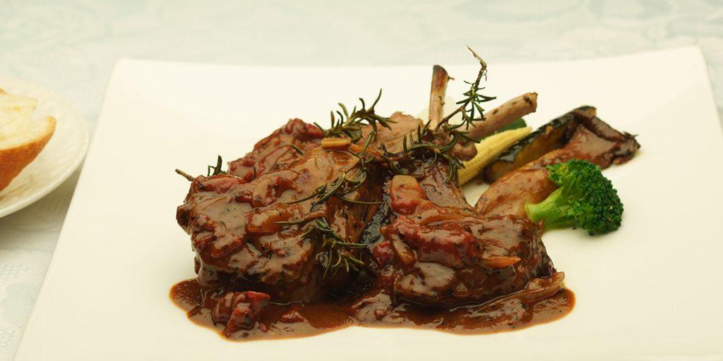 下呂温泉のレストラン ラムチョップ ローズマリー風味の赤ワインソース