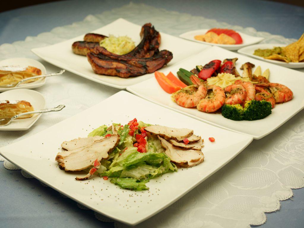 下呂温泉のレストラン パーティ 5,000円コース(税込)エビとスペアリブがついたお料理とフリードリンク