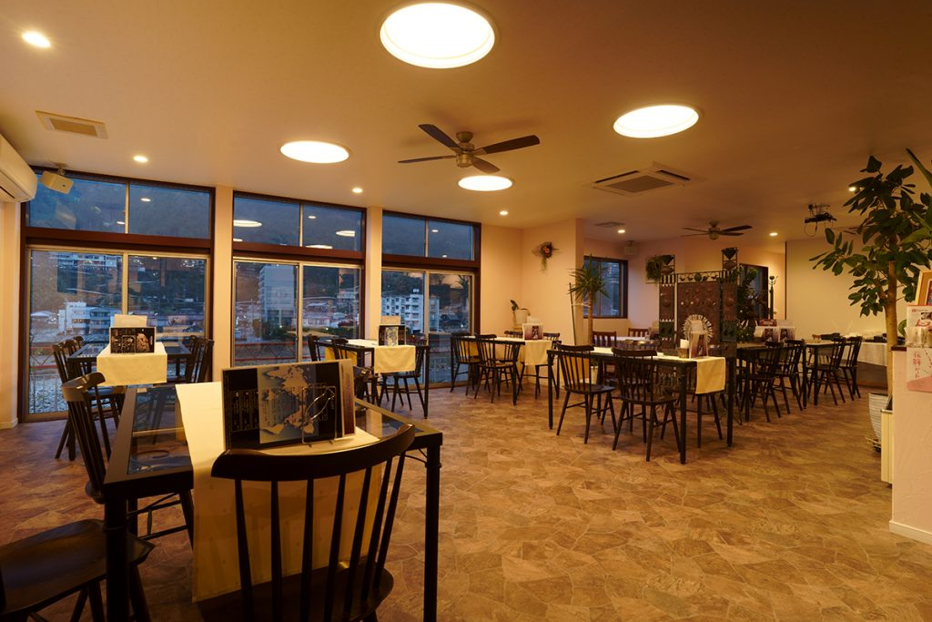 下呂温泉のレストラン 店内 テーブル席が50席ほどあります